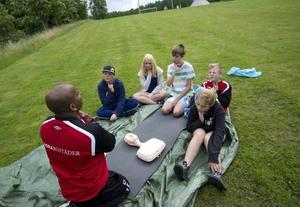 Livräddning. Att lära sig hjärt- och lugnräddning med fritidsledaren Daniel Törnqvist är förstås viktigt.