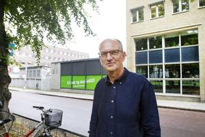 Frank Stoor, förvaltningschef för skolan i Gävle kommun framför kontorets byggnad som hälsar kommunens elever välkomna tillbaka till skolan den 19:e augusti.