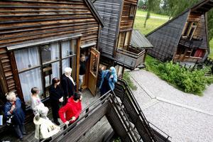 Hedesundavävarnas konstnärlige ledare Regina Mucwicki Mabrouk höll i gårdagens rundvandring i Skaparbyn.