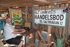 Skribenten. Journalisten (undertecknad KG Mattsson) provar Farbror Melkers skrivmaskin och skrivbord. På väggen den skylt som användes för Handlare Grankvists handelsbod på Saltkråkanmuseet, på Snickargården/Skaten