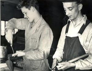 Sven-Erik Olsson och Lennart Eklund monterar potatishackor.