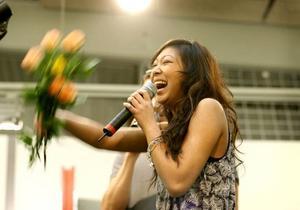 Alice Svensson älskades av sin hemmapublik när hon framträdde på Valbo Köpcentrum. Nu är det klart att hon också sjunger på Gästrikland i Världens final.