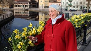 85-åriga Inger Wahlén Rapp tycker att blommor är ett bättre alternativ än fjädrar.