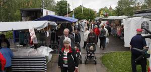 Cocosbollar, leksaker och väskor var populära varor på Ljusdals marknad.