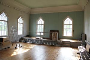 Den stora salen ska bevaras och inte delas upp i flera rum eller våningar. Däremot försvinner nog dopgraven framme vid fönstren, konstaterar den nya ägaren.