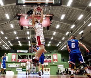 Sundsvall Dragons har hittat slutspelsformen lagom till slutspelet. Fyra raka förluster mot LF Basket i grundserien har förvandlats till två raka vinster i kvartsfinalserien.