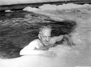 Äldre man badar i en isvak på Södra strandgatan på 50-talet.