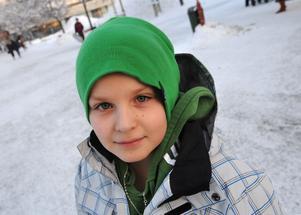Johannes Henriksson, 10, Vallsta har flera olika mössor att välja bland: - Jag har en blå, en svart, en röd. I dag blev det en grön. Den har jag köpt själv. Jag använder mössa hela vintern.