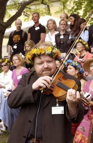Bred. Hur många känner du som vunnit SM i luftgitarr och spelat med filharmonikerna? Kalle Moraeus har.Foto: Scanpix