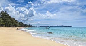 Khao Lak i Thailand. Elfenbensvit sand och ljummet vatten utlovas.