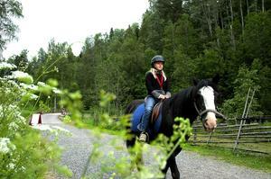 Besök i Säterdalen. Under sommaren pågår kollo för barnen i Hedemora i Svenska kyrkans regi. På onsdagen var de i Säterdalen. Då passade Sofie Elfsberg 8 år på att rida.