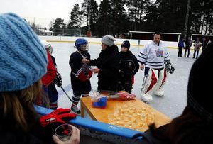 I går invigdes anläggningen för konstfrusen is på Löta i Nolby under pompa och ståt. Förutom god dricka bjöds det strafftävling, matcher och bmx-tävling.