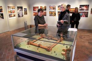 Ann Nilsén och Anna Lindgren ställer nu ut trusten på länsmuseet.