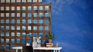 Ett fotomotiv i storformat skapar ett djup i rummet. Motivet med skyskrapan kommer från Rebel Walls, cirkapris 395 konor/kvadratmeter.