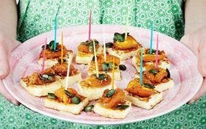 Den går lika bra att steka i grillpanna och kombinationen salt ost, aprikos och honung är oslagbar!