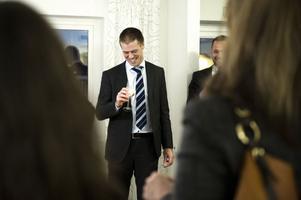 Magnus Johansson utbringade en skål. Champagneglasen var fyllda med mjölk från Grådö mejeri.