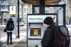 Resenärer som vanligtvis betalar med kontanter hänvisas nu till SMS-biljett eller något av Dalatrafiks kort.