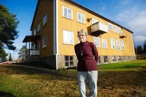 Alva Nilsson bor i den gamla skolbyggnaden i Skärvången.