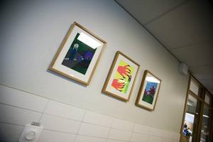 EGNA TAVLOR. Konst av eleverna pryder korridorväggar.