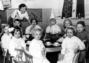 HEMGÅRDENS LEKSKOLA 1952. Ingrid Green kände igen sig som den något skymda flickan längst till höger i bakre raden.