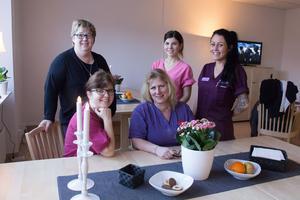Blandad erfarenhet i personalen är en styrka. Här är några av dem i Utsiktens matsal. Enhetschefen Maria Granström som arbetsleder tillsammans med undersköterskorna Lina Svensson, Sofia Wallin, Anette Suslin och Fia  Lill.