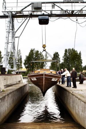 Fiskebåten, som inte legat i vatten på två år, sjösattes utan några större problem.