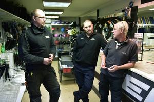 Mikael Åström på Mik-All Service tillsammans med Peter Glud på Ö-viks Cykel & Fritid och Mats Sjöblom. När Sjöbloms slår igen kommer verksamheten att fortsätta på två nya ställen.