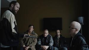 """Män, pistoler, dvärgar och märkliga frisyrer. Nog märks 80-talsinfluenserna tydligt i norska """"En ganska snäll man"""" med Stellan Skarsgård."""