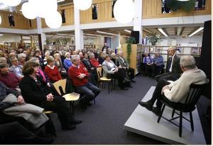 Theodor Kallifatides utfrågad av Gunnar Westberg fyllde ljussalen i biblioteket till sista plats.