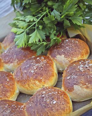 Salta bullar kan bakas ut som runda portionsbröd eller snurras till kringlor. Härliga att fylla och ta med på vinterutflykten.