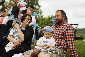 Makarna Emelie och Poa Larsson träffades på nationaldagen för tolv år sedan. Nu tolv år och sex barn senare är de här igen med de två yngsta barnen, Molle och Charlie.