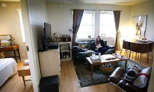 Två rum. Från entrén tittar man in i vardagsrummet och får en skymt av sovrummet.