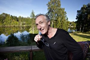 SEN DEBUT. Bengt Söderhäll debuterar sent i livet, vid 59 års ålder. Till vardags är han lärare i didaktik vid Högskolan och bor som det anstår en poet, med vacker utsikt över Dalälven.