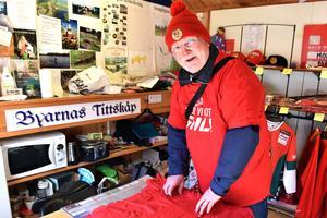 """Ingvar """"Nille"""" Niilimaa i sin bod viker ihop Mora IK-tröjor. Han tror att de kommer gå åt de kommande dagarna."""