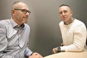 Roger Hydén och Andreas Neuman utbildar i säkerhet i vardagen för industriarbetare. De vill bryta machokulturen som ofta finns på arbetsplatserna så att personalen blir ödmjuk för att olyckan kan vara framme.
