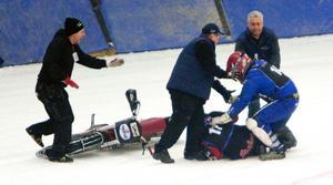 Funktionärer fick  stoppa ett bråk under SM-finalen i isracing.