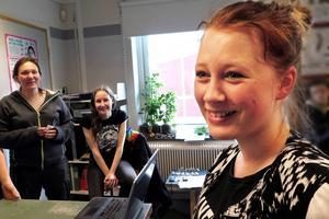 Efter nedgrävningen av tepåsarna samlades eleverna i 7B i klassrummet och lyssnade via Internet till det inslag i Radio Jämtland där 14-åriga Ebba Tander från Tavnäs intervjuades. Bakom henne de nöjda matte- och NO-lärarna Lotta Källbom och Åsa Forsgren.