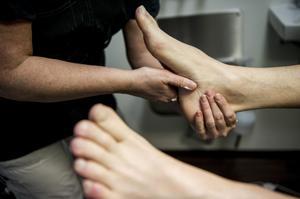 Fötter behöver minst lika mycket omvårdnad som hår. Ett bra sätt enligt fotterapeuten är att tänka förebyggande.