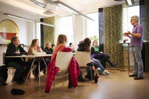 ÖP:s reporter Urban Råberg berättar om sitt jobb och svarar på frågor från klass 7 västerhus från Östbergsskolan.