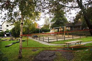 Mycket träd och buskar gör gården på Bergets förskola på Frösön till ett gott exempel på hur en förskolegård borde se ut.