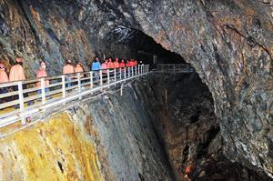 Den som törs kan ta en guidad visning ner i berget i Falu gruva.