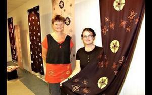Gunnel Johansson och Karin Karlsson poserar vid sin sevärda och tänkvärda utställning i Mora kulturhus. Den pågår till 29 september.FOTO: BENGT OLDHAMMER