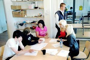 MANUSFÖRFATTANDE. Victor Persson, Alice Lewin, Ulrika Hillerstig, Ida Löfgren och Angelica Nyberg diskuterar handlingen i filmen. Kristofer Pettersson vandrar i bakgrunden.