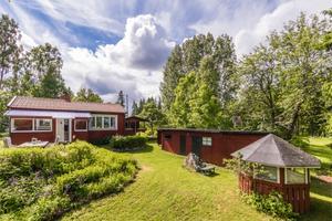 Sommarhus med två altaner och brygga i Sikvik.