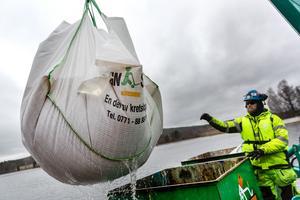 De bärgade tunnorna och avfallsmaterialet placeras i så kallade kryoboxar som ska förhindra att innehållet läcker ut.