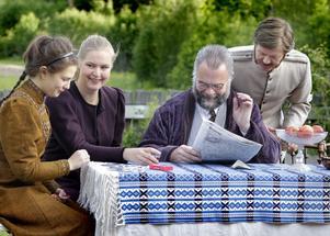 Tjechovs klassiker Tre systrar spelas på handelsträdgården Gröna systrar i Finflo. Här en scen med Irina, Masja, Tjebutykin och Soljinyj, spelade av Bonnica Sjöblom, Linda W Bunne, Per Svensk och Tommy Ärlemar.
