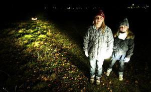 Den som inte har reflexer upptäcks inte av en bilist förrän på 20 meters avstånd. Mikaela Andersen och Tilda Forsmark testade.