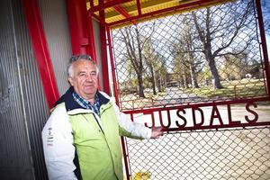 Utanför folkparkens låsta grindar står dess främsta profil, Curt-Olov Wennberg. – Jag står inte ut med att se folkparken stängd i sommar. Jag kan driva den själv som en övergångslösning, men det måste till ett stabilt ägande framöver, säger han.