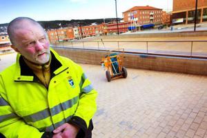 Olle Andersson är anställd på kommunens tekniska förvaltning och ser till att Stortorget är fritt från skräp året om. Han säger att det går bättre att städa nu när gatorna börjat sopas rena från grus.