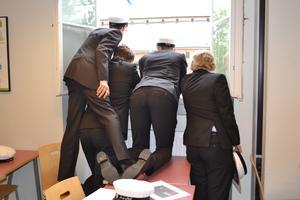 Några studenter i avgångsklassen SA11D vid Rudbeckianska gymnasiet väntar otåligt på andra våningen i Gamla huvudbyggnaden på utspringet den 5/6.